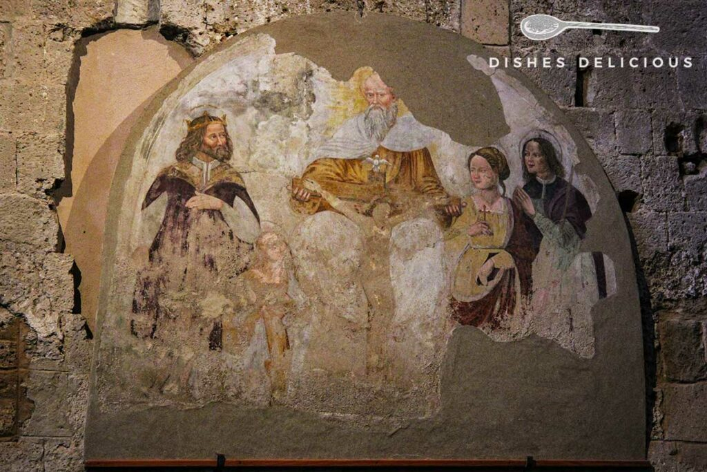 Foto eines halbrunden Freskos von Heiligen im Dom von Sovana.