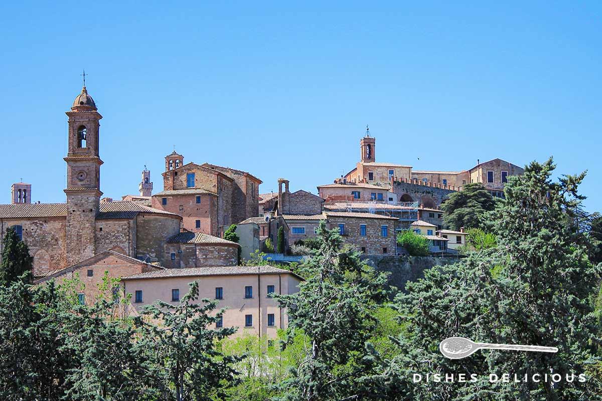 Foto von der Altstadt von Montepulciano mit vielen historischen Gebäuden und Kirchen.