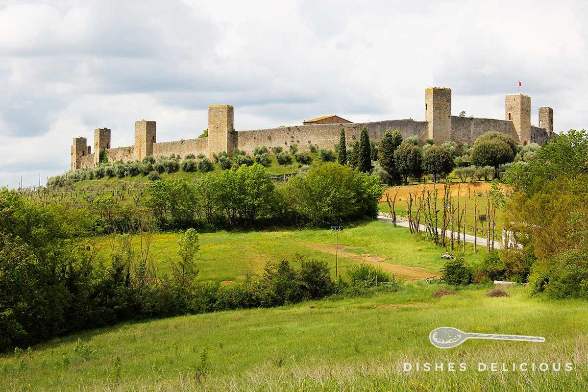 Stadtansicht von Monteriggioni mit Stadtmauer und Türmen