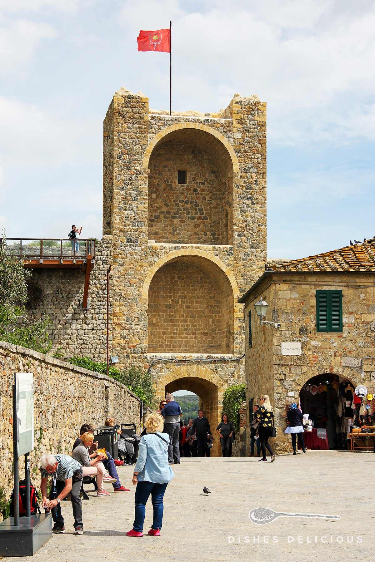 Ein Wehrturm in Monteriggioni, der gleichzeitig das Stadttor ist.