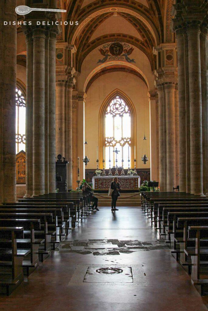 Foto vom säulengetragenen Kirchenschiff des Doms von Pienza.