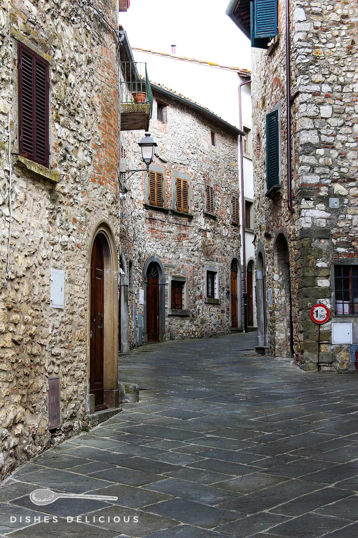 Alte Steinhäuser in einer Gasse von Radda in Chianti