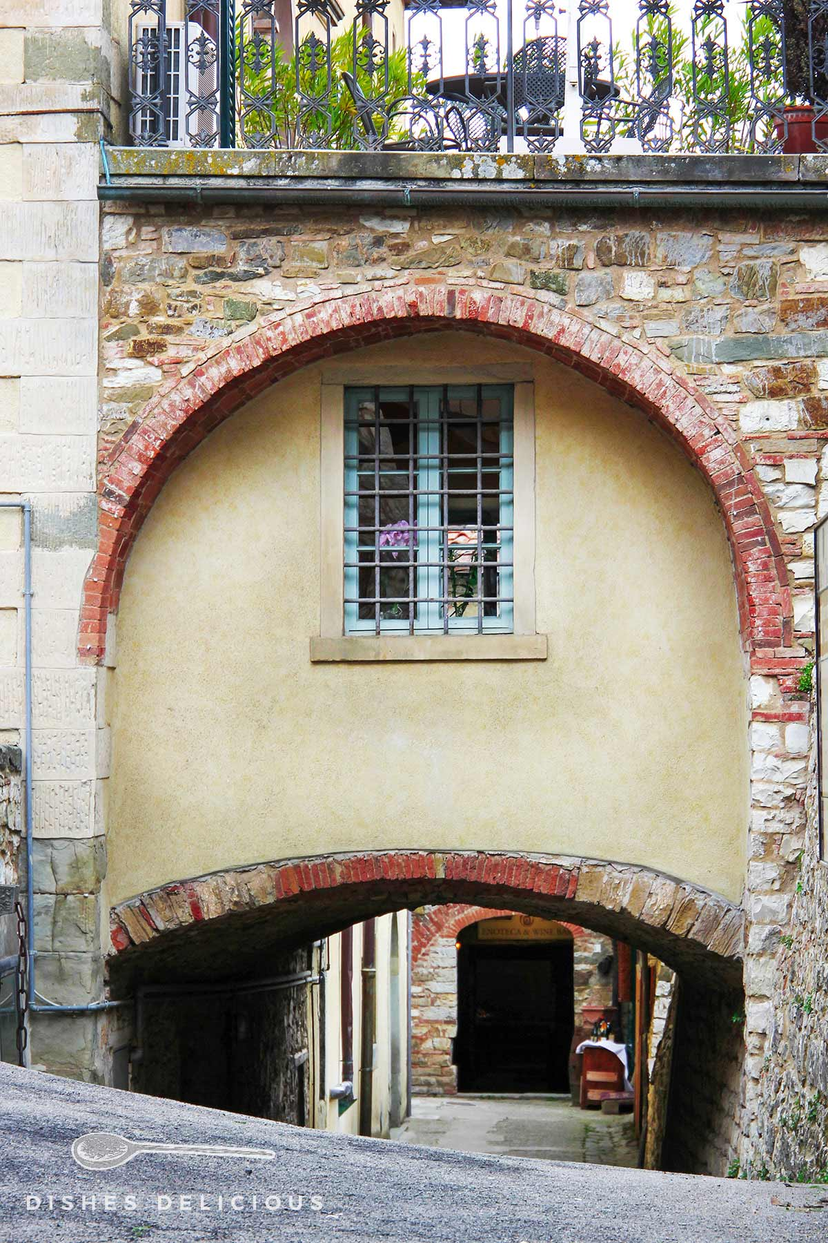 Ein niedriger mittelalterlicher Torborgen in Radda.