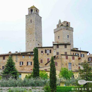 Foto von San Gimignano - man sieht Häuser und vier Türme.