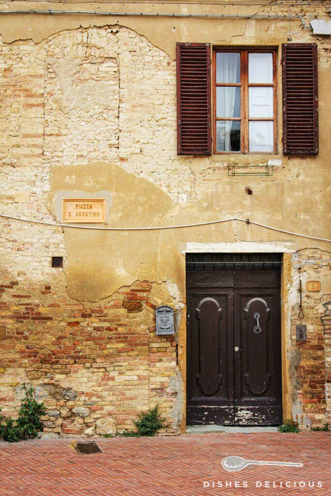 Foto einer Hausfassade mit Tür und Fenster