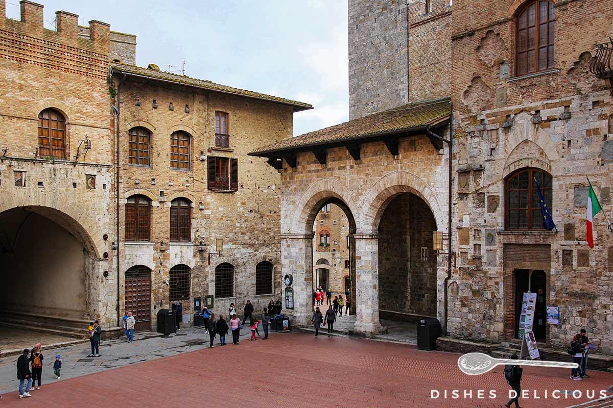 Foto des Domplatzes von San Gimignano mit dem Palazzo Comunale und dem Theater.