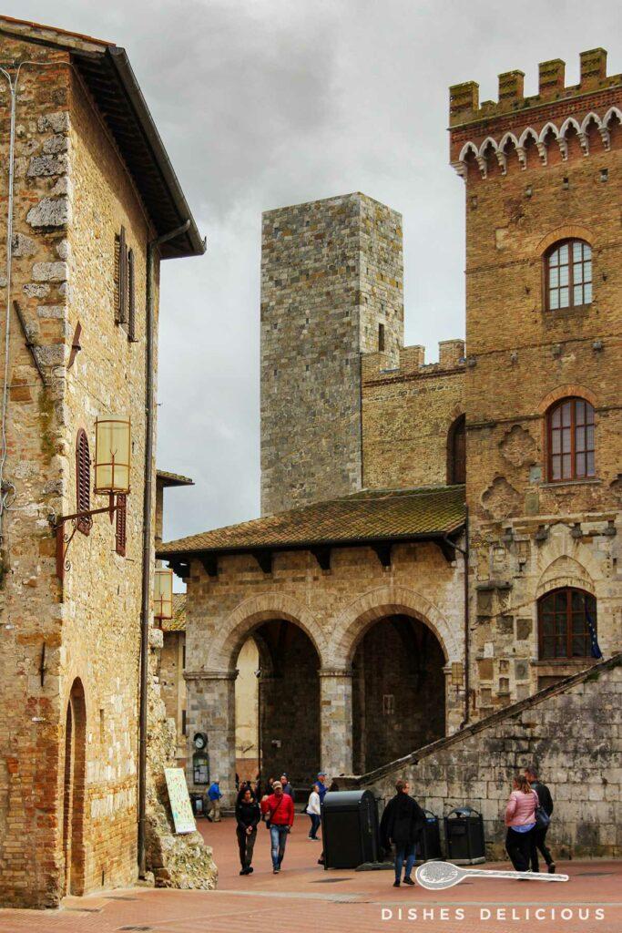 Foto vom Palazzo Comunale mit dem Ardinghelli-Turm im Hintergrund.