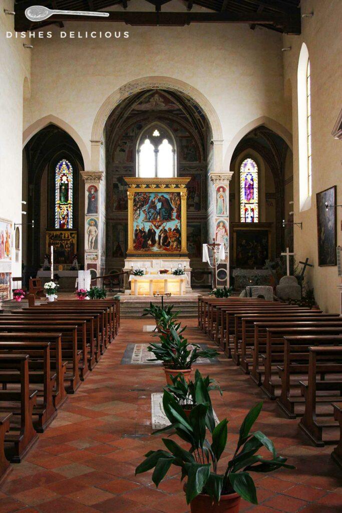 Foto des Innenraums der Sant'Agostino-Kirche mit Blick auf den Altar.