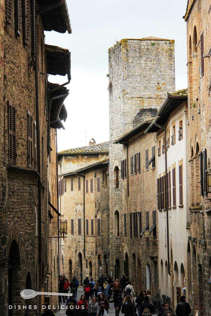 Foto mit Blick in die von hohen Palazzi gesäumte Via San Giovanni.