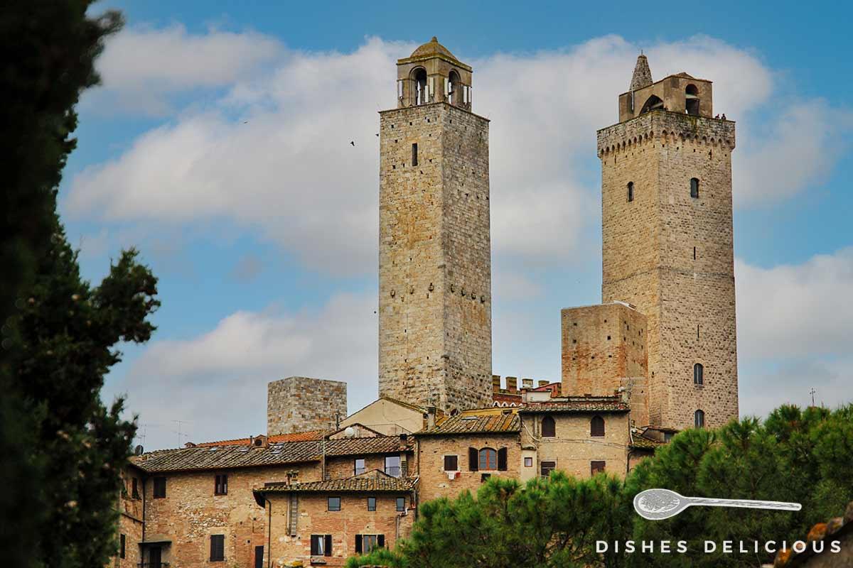Foto vonden beiden höchsten Geschlechtertürmen in San Gimignano: Torre Rognosa und Torre Grossa, die die Häuser überragen.