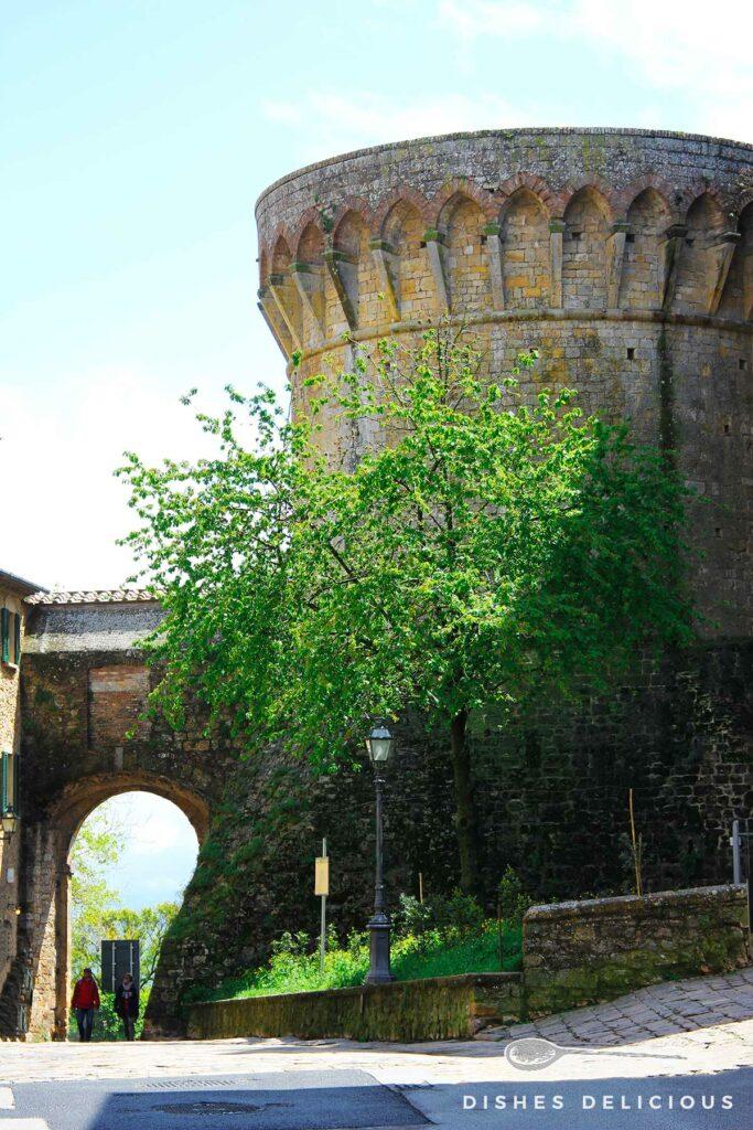 Der mittelalterliche Turm der Festung von Volterra