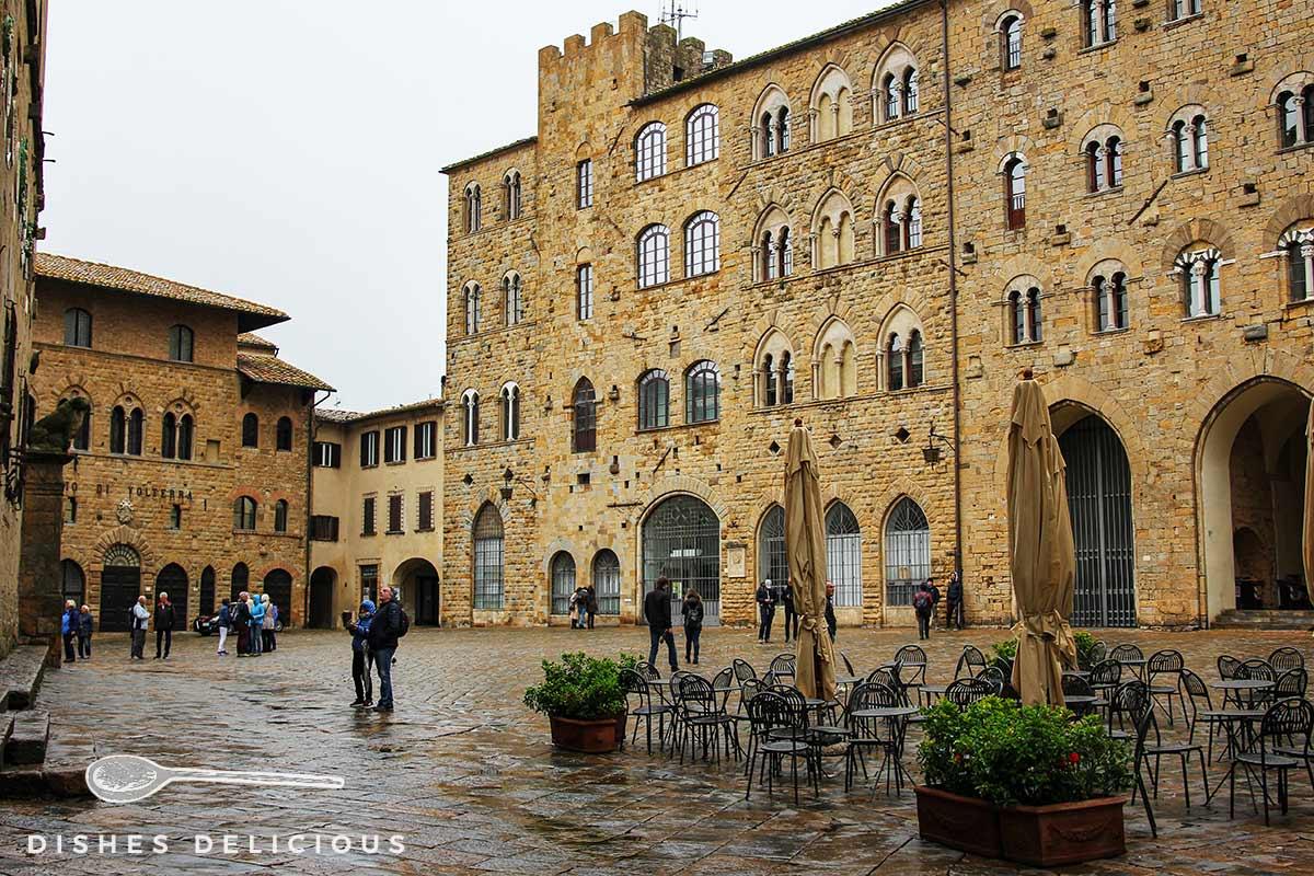 Foto von gotischen Bauten in Volterra an der Piazza dei Priori.
