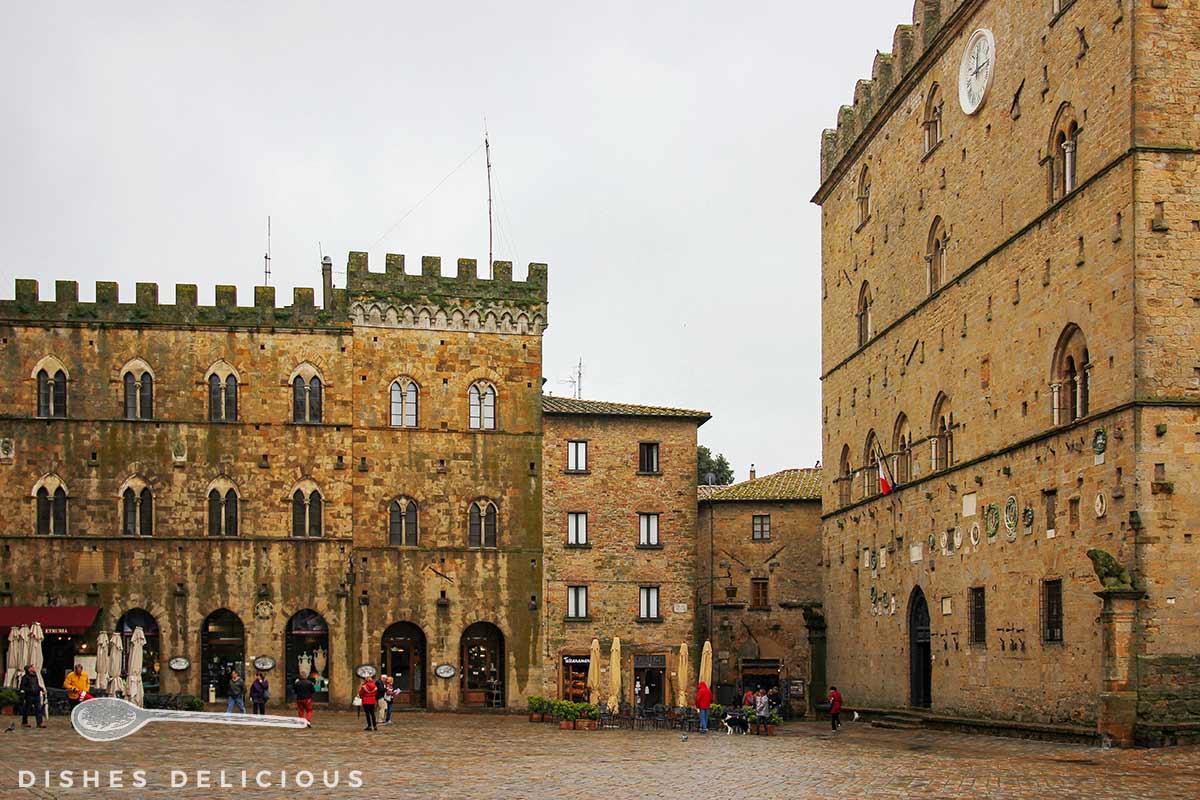 Foto von mitttelalterlichen Bauten an der Piazza dei Priori in Volterra