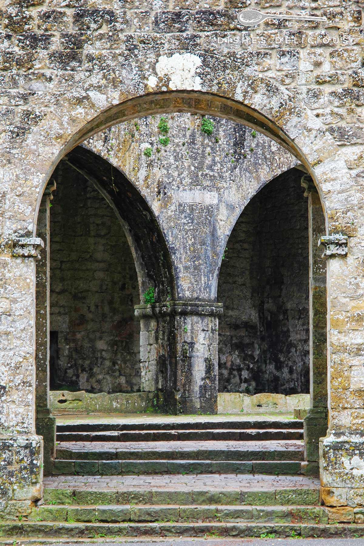 Bild des alten mittelalterlichen Stadtportals von Volterra.