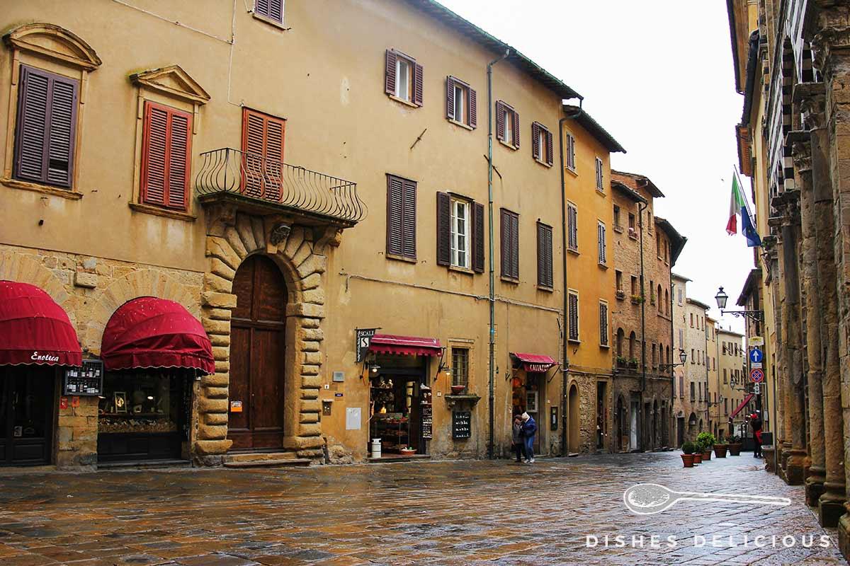 Foto von einem Straßenzug in Volterra.