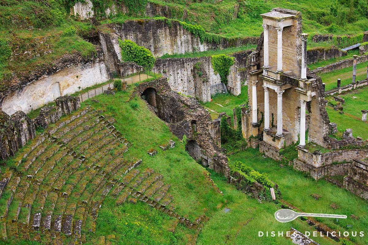 Foto von den Ruinen des römischen Amphitheaters in Volterra.
