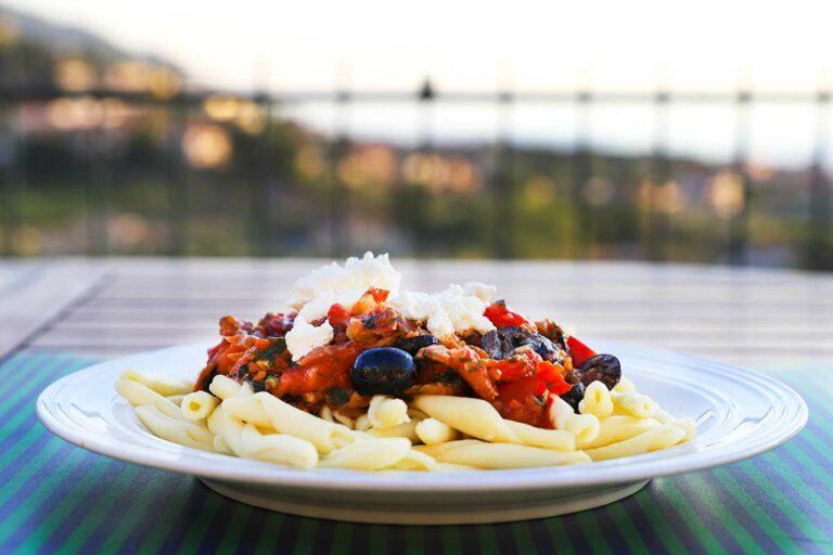 Foto von einem Teller mit Fusilli alla Paesana mit Sauce und Ricotta.