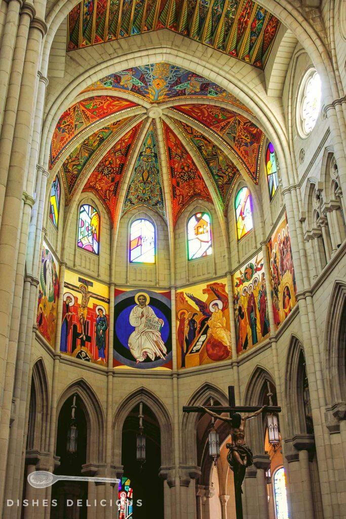 Moderne Wandmalereien in der Almudena-Kathedrale