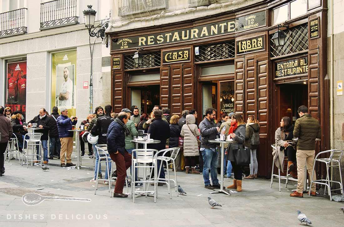 Außenansicht der Tapas-Bar Casa Labra in Madrid