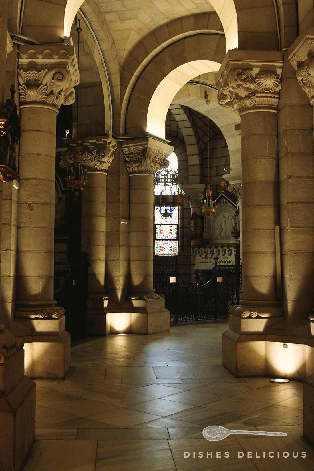 Foto vom Säulengang in der Krypta der Almudena-Kathedrale