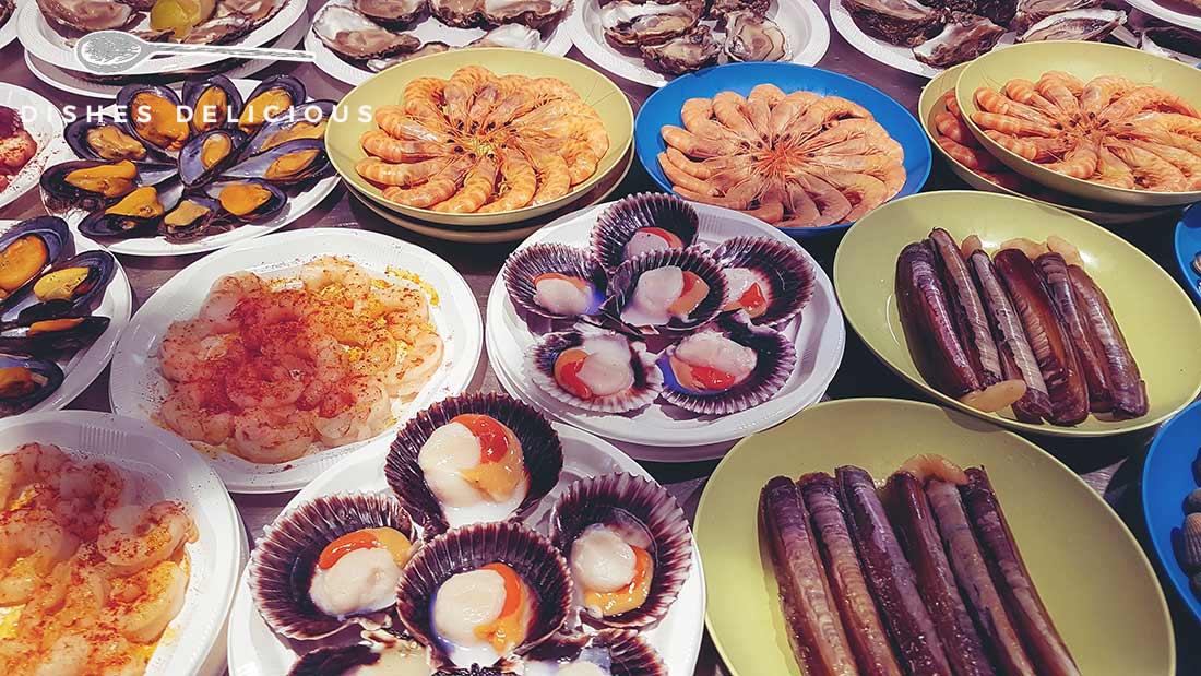 Teller mit verschiedenen Muscheln und Meeresfrüchten