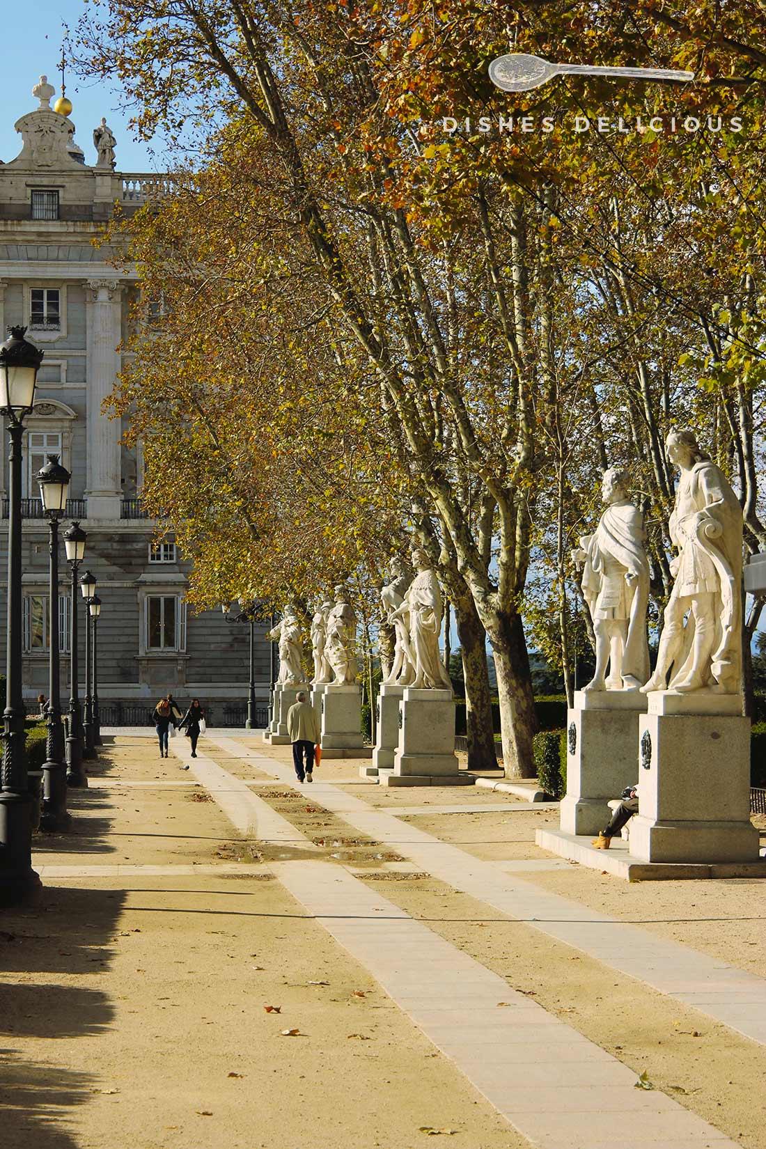 Königsstatuen an der Plaza del Oriente