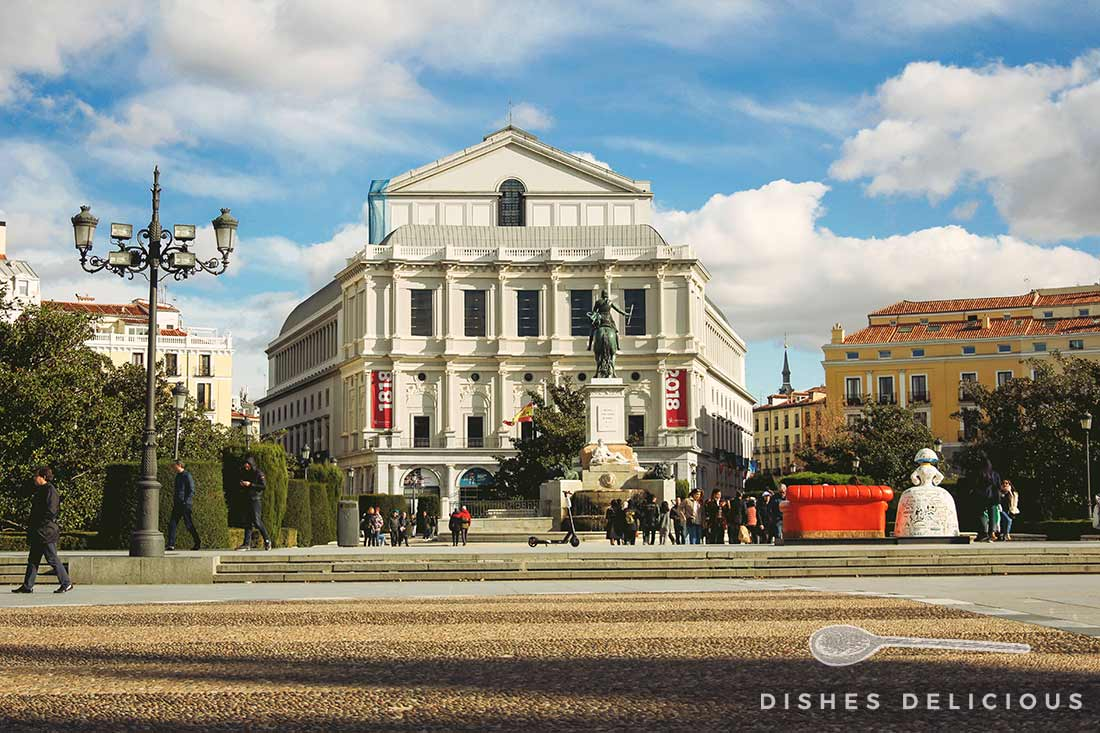 Bild der neoklassischen Westfassade des Teatro Real